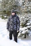 Adolescente en un bosque del pino en invierno Fotos de archivo libres de regalías