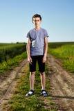 Adolescente en un camino del campo fotos de archivo