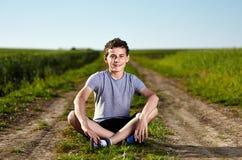 Adolescente en un camino del campo imagen de archivo