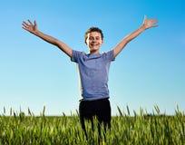 Adolescente en un campo de trigo imagen de archivo