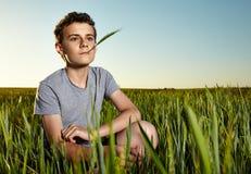 Adolescente en un campo de trigo fotos de archivo