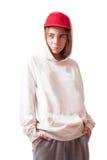 Adolescente en un casquillo y una ropa de deportes rojos Imagenes de archivo