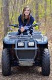 Adolescente en un coche de cuatro ruedas Fotos de archivo libres de regalías