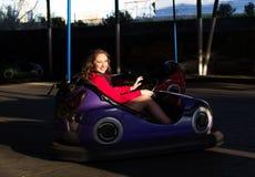 Adolescente en un coche de parachoques eléctrico Fotos de archivo libres de regalías
