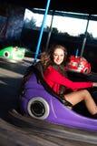 Adolescente en un coche de parachoques eléctrico Imagen de archivo