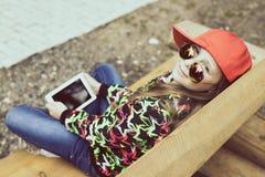Adolescente en un día de verano en naturaleza Fotografía de archivo libre de regalías