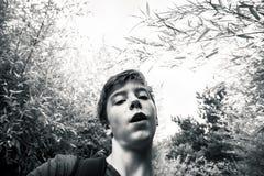 Adolescente en un jardín Imagen de archivo libre de regalías