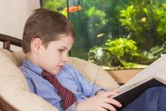 Adolescente en un libro de lectura del lazo Foto de archivo libre de regalías