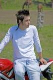 Adolescente en un motor Fotos de archivo libres de regalías