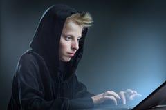 Adolescente en un ordenador Imagenes de archivo
