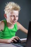Adolescente en un ordenador Fotografía de archivo libre de regalías