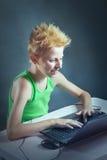 Adolescente en un ordenador Fotos de archivo libres de regalías