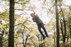 Adolescente en un oscilación de la cuerda Fotografía de archivo libre de regalías