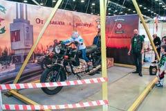 Adolescente en un oscilación de una motocicleta Imagen de archivo libre de regalías
