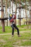 Adolescente en un parque de la aventura Fotografía de archivo