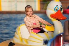 Adolescente en un parque del agua Fotos de archivo