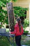 Adolescente en un patio que juega al juego Fotografía de archivo