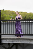 Adolescente en un puente Fotos de archivo