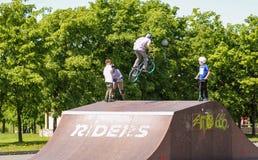 Adolescente en un salto de la bicicleta Fotos de archivo libres de regalías