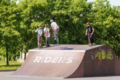 Adolescente en un salto de la bicicleta Fotos de archivo