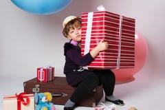 Adolescente en un sombrero con un regalo en sus manos Imagenes de archivo