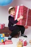 Adolescente en un sombrero con un regalo en sus manos Fotos de archivo libres de regalías