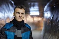 Adolescente en un túnel de la mina de sal Imagen de archivo