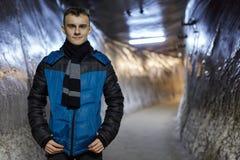 Adolescente en un túnel de la mina de sal Foto de archivo libre de regalías