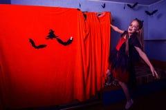 Adolescente en un traje para Halloween Imagenes de archivo