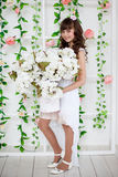Adolescente en un vestido blanco elegante Foto de archivo
