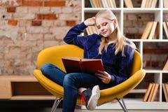 Adolescente en una biblioteca Fotos de archivo
