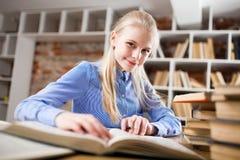 Adolescente en una biblioteca Imágenes de archivo libres de regalías