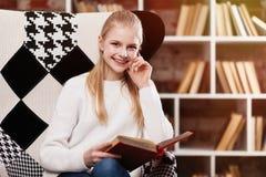 Adolescente en una biblioteca Foto de archivo