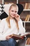 Adolescente en una biblioteca Fotos de archivo libres de regalías