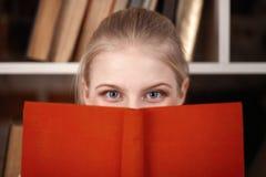 Adolescente en una biblioteca Imagen de archivo