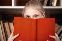 Adolescente en una biblioteca Fotografía de archivo libre de regalías