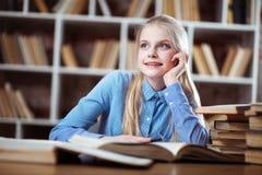 Adolescente en una biblioteca Imagen de archivo libre de regalías