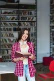 Adolescente en una biblioteca Fotografía de archivo