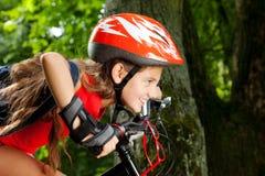 Adolescente en una bicicleta Imagen de archivo libre de regalías