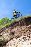 Adolescente en una bicicleta que viaja en las maderas Fotografía de archivo