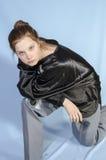 Adolescente en una camisa negra Imagen de archivo libre de regalías