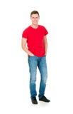 Adolescente en una camisa roja y vaqueros en blanco Fotos de archivo