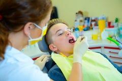 Adolescente en una cirugía femenina del ` s del dentista Fotografía de archivo libre de regalías