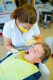 Adolescente en una cirugía femenina del ` s del dentista Imagen de archivo
