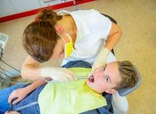 Adolescente en una cirugía femenina del ` s del dentista imágenes de archivo libres de regalías
