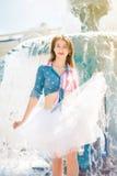 Adolescente en una falda mullida blanca Fotos de archivo libres de regalías