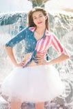 Adolescente en una falda mullida blanca Imagen de archivo libre de regalías
