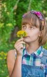 Adolescente en una guirnalda en su cabeza fotografía de archivo