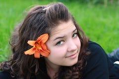 Adolescente, en una hierba. Foto de archivo libre de regalías
