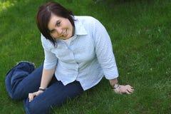 Adolescente en una hierba Imágenes de archivo libres de regalías